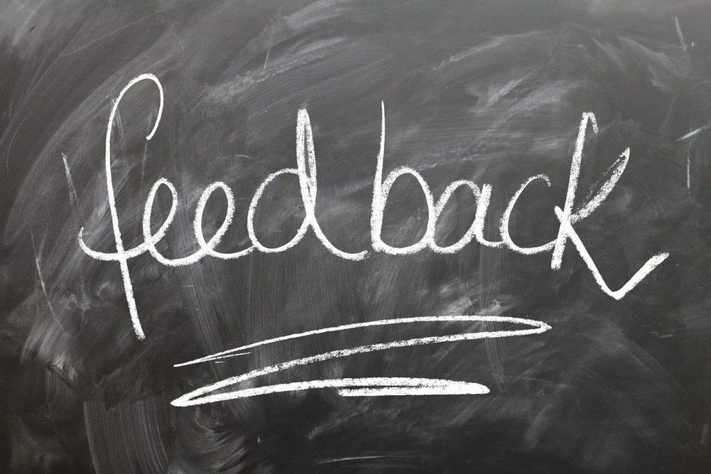 palavra feedback escrita em um quadro, representando o feedback negativo