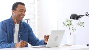 homem usando Skype - uma das ferramentas de comunicação interna