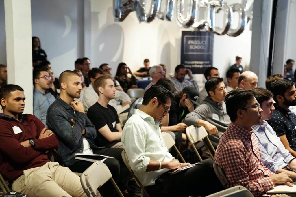 plateia durante uma comunicação empresarial